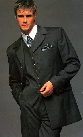 В качестве траурной одежды для мужчин используется строгий костюм...